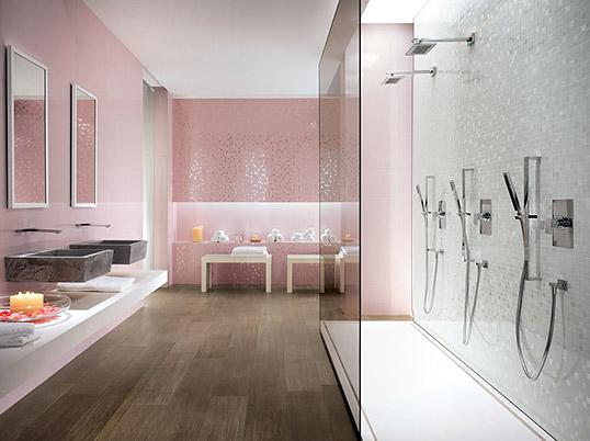 Розовая плитка для ванной, с мозаикой