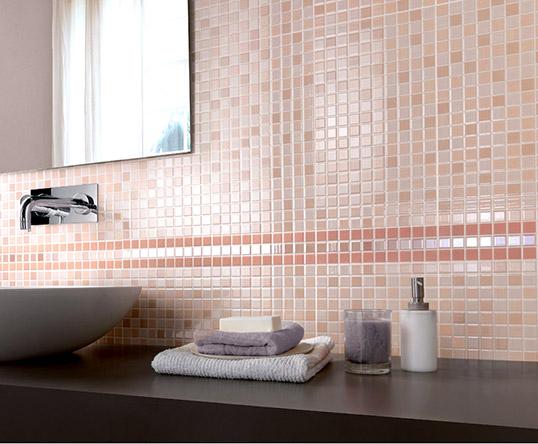 Розовая керамическая плитка для ванной