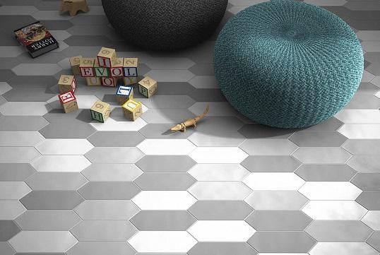 Вытянутая плитка-шестиугольник серого цвета для ванной