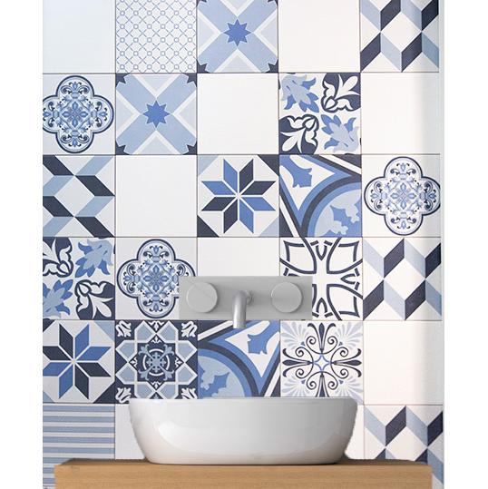 Синяя плитка для ванной комнаты в стиле пэчворк