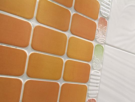 Настенная оранжевая плитка под крупную мозаику