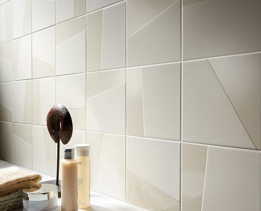 Белая плитка с геометричным узором на глазури