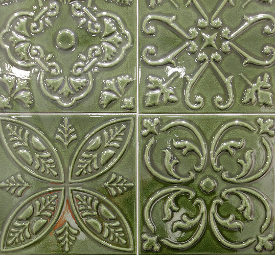 Зеленая керамическая плитка для ванной