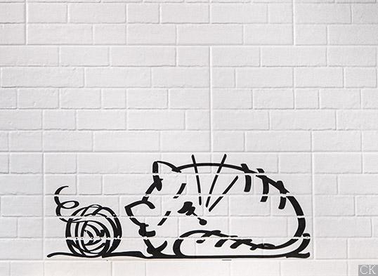 Белая плитка под кирпич с котами