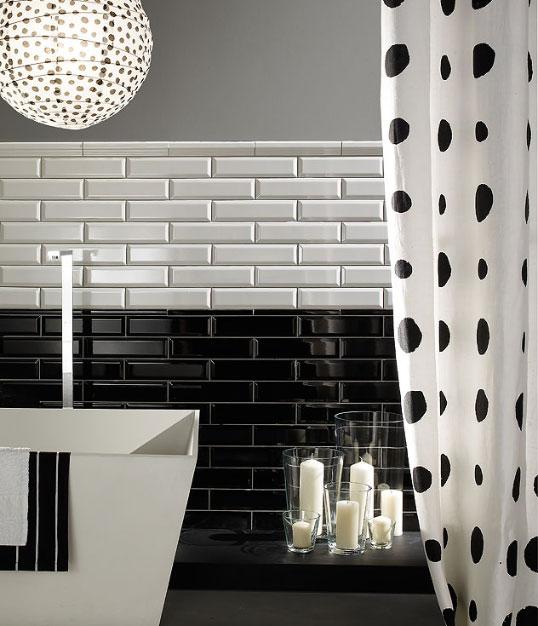 Выпуклая черно-белая плитка для ванной