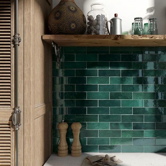 Зеленая плитка для ванной под кирпичик