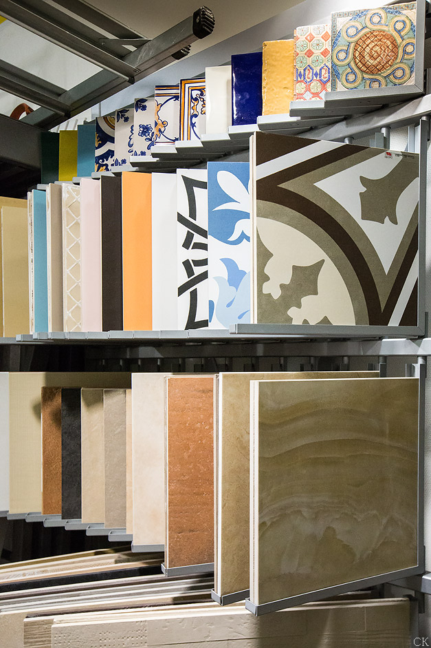 Образцы плитки в магазине Санта-Керамика. Экспострой на Нахимовском проспекте